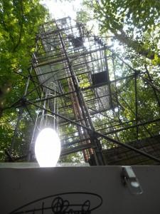 mottenval met daarachter de 35 m hoge meettoren