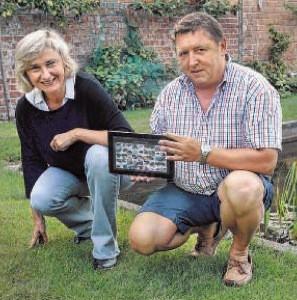 """Artikel De Weekbode 11 aug 2015: """"Mottenvanger in tuin van de buren van de minister""""."""